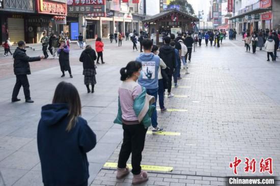 ミルクティー店の前に並ぶ人々(撮影・楊華峰)。