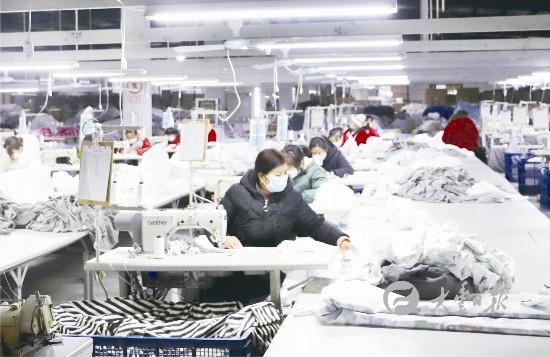 盐城大丰一企业加班加点生产抗菌面料防护口罩
