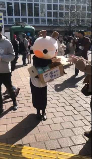 中国人美女が東京でマスクを無料配布 「武漢からの恩返し」