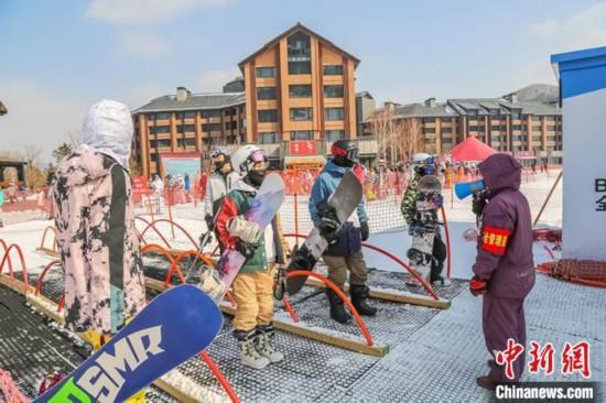 滑雪爱好者自发保持间距 石洪宇 摄