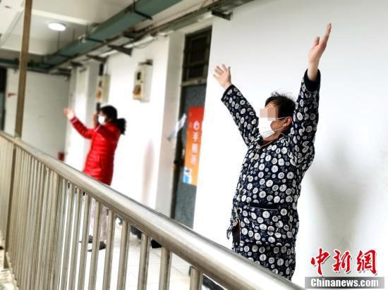 伝統的な運動法の八段錦を練習する治癒・退院者(撮影・安源)。
