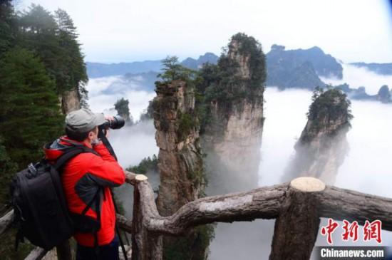 湖南省張家界の世界遺産・武陵源に水墨画のような雲海の絶景広がる