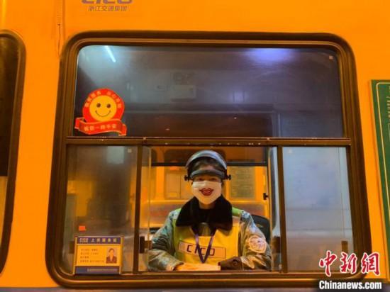 「微笑みのマスク」を着用して業務に就く料金所スタッフ(画像提供・諸曁料金所)。