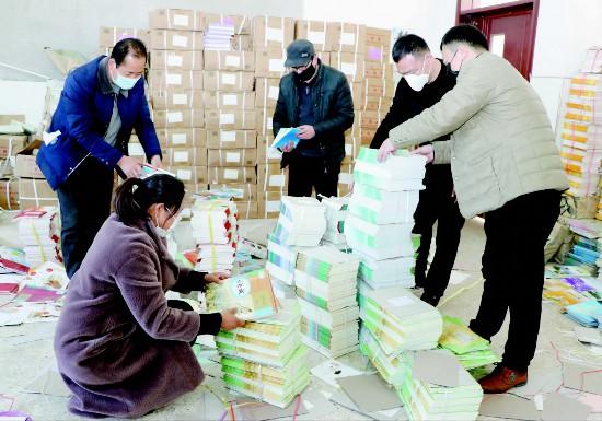 徐州沛县中小学新学期课本开始发放