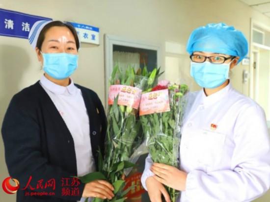 图为东海县援鄂护士节日中收到家乡寄来的百合花。东海县供图