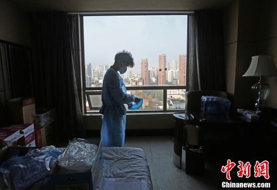 室内で防護服を身に着ける医療スタッフ(撮影・李風)。