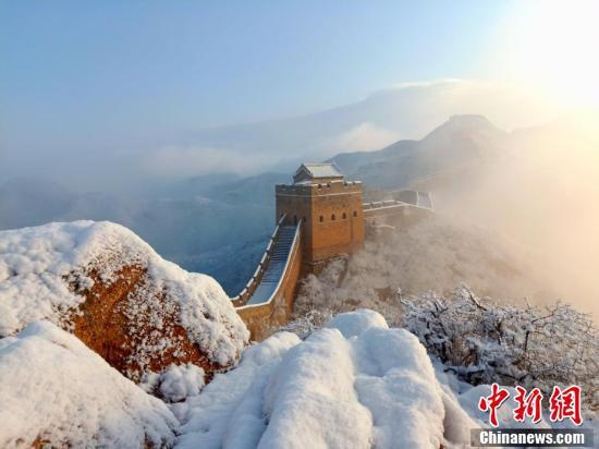 河北省の金山嶺長城が雪化粧 霧氷と競演で絶景広がる