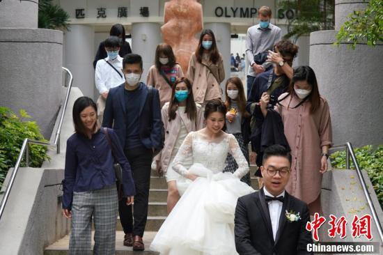 新型コロナウイルス感染拡大は、香港地区でも依然として続いているが、ウイルスも人生の新たな幸福を追い求める愛し合う2人の歩みを止めることはできないようだ(撮影・張煒)。