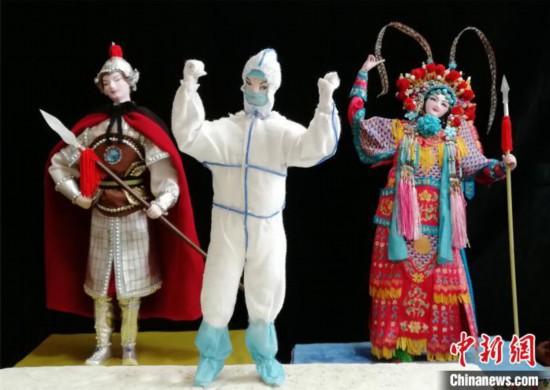 徐澎さんが制作した、医療従事者の絹人形と中国古代の女傑・花木蘭(ムーラン)や穆桂英の絹人形(撮影・孟俊峰)。