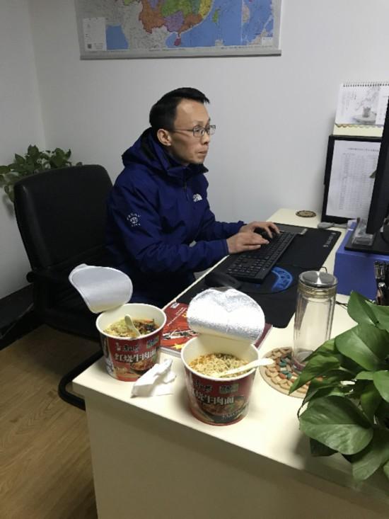 """中新社湖北前方报道团队:奋斗在战""""疫""""一线"""