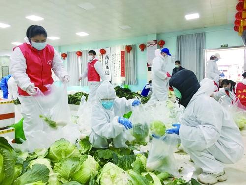 武汉一个社区的疫情防控阻击战:保障供应,发放爱心菜