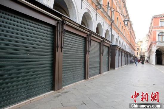 イタリア、封鎖措置を全土に拡大 街行く人もまばらに