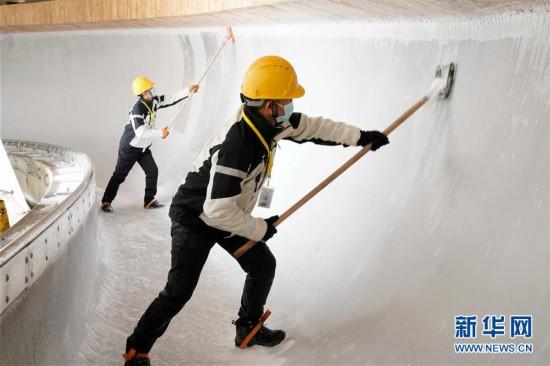 (体育)(4)国家雪车雪橇中心赛道制冰完成