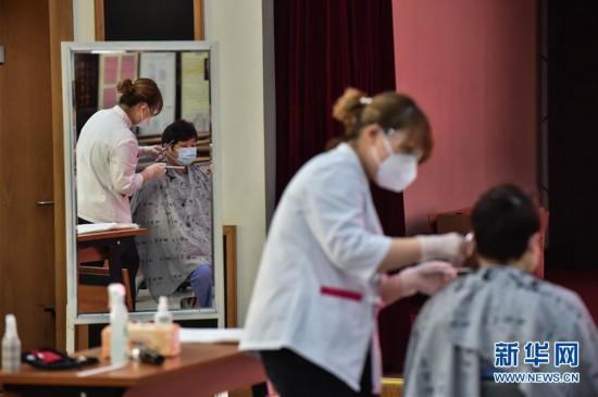 (社会)(3)北京:上门理发 服务医护工作者
