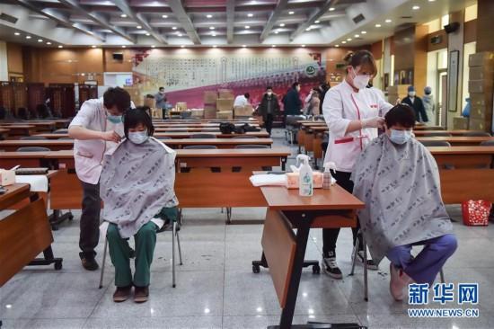 (社会)(2)北京:上门理发 服务医护工作者