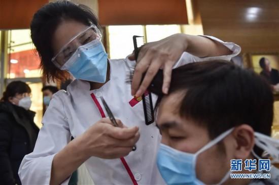 (社会)(4)北京:上门理发 服务医护工作者
