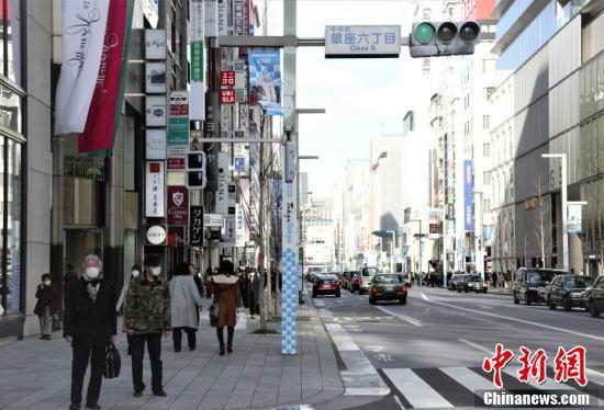 マスク姿で歩く人が目立つ東京の街頭(撮影・呂少威)。