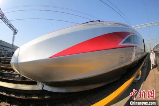 中車四方の操業再開後、初めてラインオフが行われた高速鉄道車両「復興号」(撮影・張進剛)。