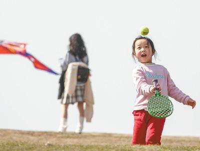 南京风和日丽 市民到东郊体育公园踏青