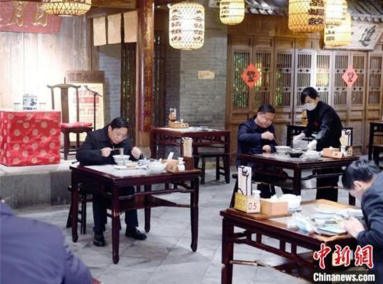 """中国十余省份确诊病例""""清零""""多地倡议领导干部带头消费"""