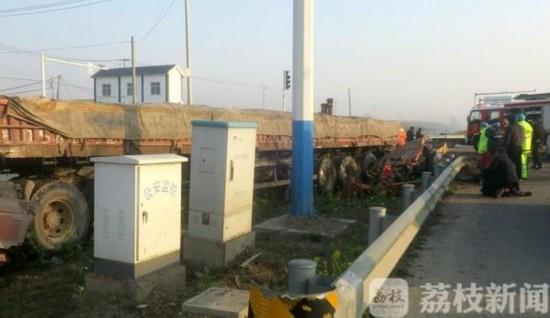 江苏邳州:三轮车被压半挂车底 一人不幸身亡