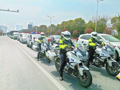 武汉交警最高礼遇护航援汉医疗队返程