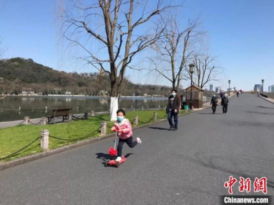 游客在西湖边游玩。 江杨烨 摄