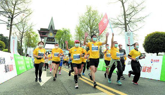 严格排查分组出发成都双遗马拉松健康跑开跑