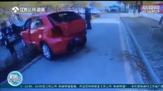脚垫卡住油门 苏州女司机倒车时撞到墙角才停下
