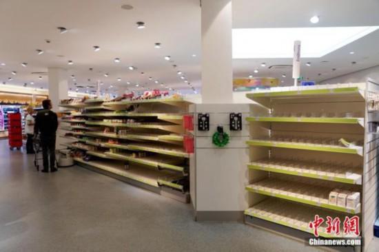 資料写真:ドイツ現地時間3月18日、一部の食料品が売り切れたベルリンのあるドラッグストアの店内(撮影・彭大偉)。