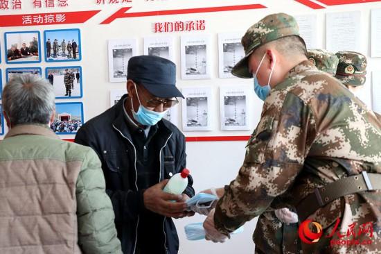 为村民发放防疫物资。