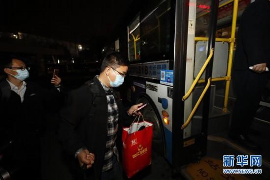 (聚焦疫情防控)(2)武汉市部分公交车恢复开行
