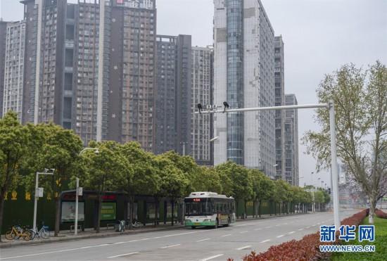 (聚焦疫情防控)(13)武汉市部分公交车恢复开行