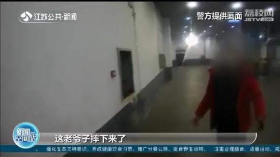 一家子火车站内狂奔赶时间转车 七旬老人楼梯栽倒昏迷