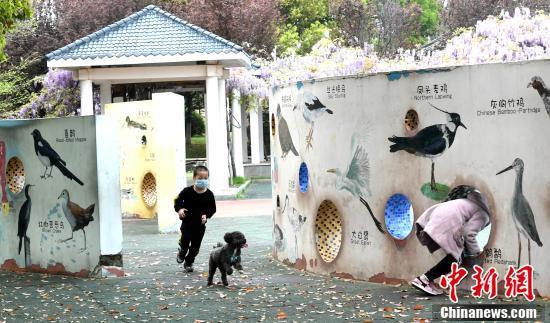 黄岡遺愛湖公園で遊ぶ子供たち(撮影・安源)。