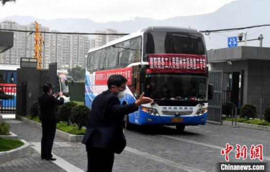 福州包车接回首批湖北籍务工人员返岗