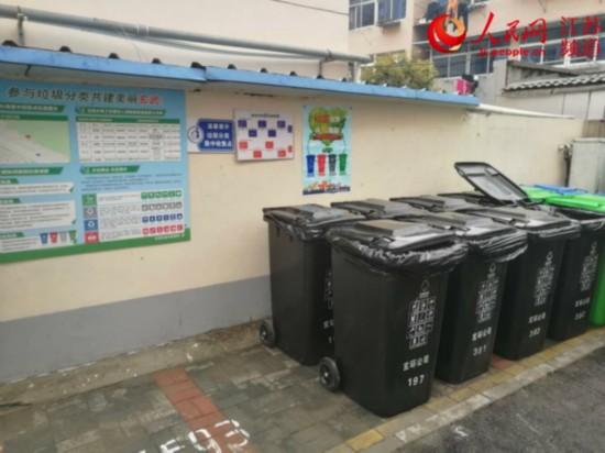 图为岗子村63号小区设置的分类垃圾投放点。石磊/摄