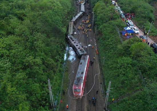 (XHDW)(2)京广铁路火车脱轨已造成1死127伤