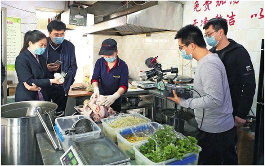 惠民縣美食直播小分隊走進餐館后廚進行直播,向網友推介當地美食。□記者李劍橋報道