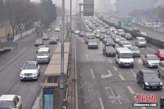 资料图:公路上的机动车。 中新网记者 金硕 摄