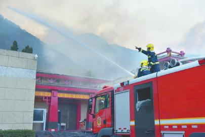 最近時烈焰離涼山彝族奴隸社會博物館僅80米打響博物館保衛戰