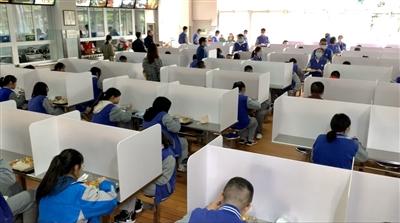 高三學子正式復課第一天成都多所學校在做足疫情安全措施后舉行了入學考試