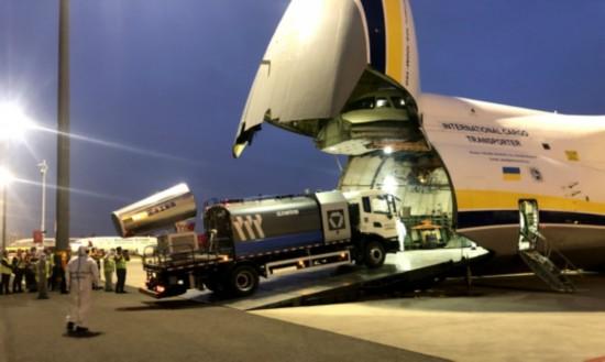 """徐州防疫设备""""登""""上飞机运往卡塔尔。徐工供图"""