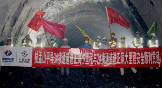 防疫生产两不误中老铁路拉孟山隧