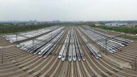 4月6日、運行再開を静かに待つ武漢高速鉄道区間の高速鉄道列車(撮影・趙軍)。