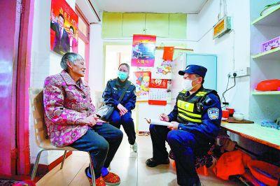 南京建邺警方心系困难群众 走访帮扶孤寡老人