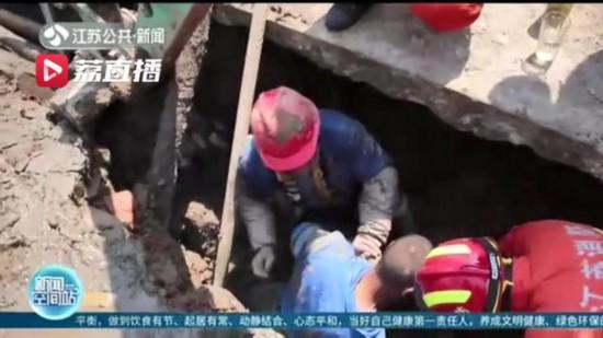 蘇州常熟路面塌陷工人被困 消防、工友及時營救