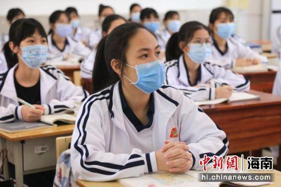 图为返校上课的学生。王丽云 摄