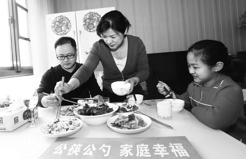 使用公筷公勺,从家庭做起