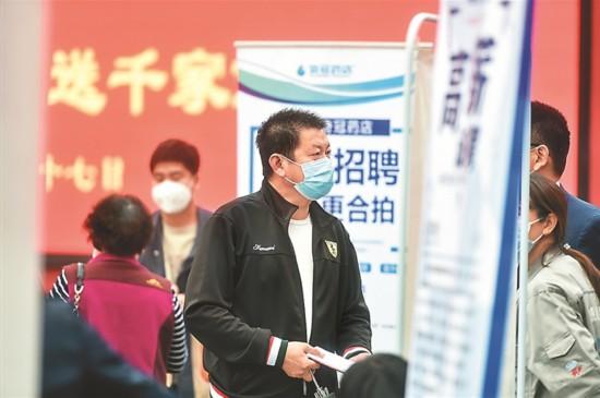 南京栖霞区举办招聘会 把岗位送到居民家门口